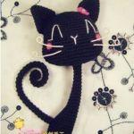 Gato negro amigurumi de cuello delgado