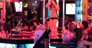 walking avenue pattaya nightlife what a loopy city
