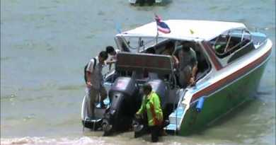 Thai Velocity Boats unloading Tourists on Pattaya Seaside