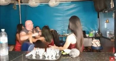 Pattaya Bar Girls Restrain Baldy Punter  Manc Bar Pattaya Livestream Scuffle 555 – CCWC Thailand