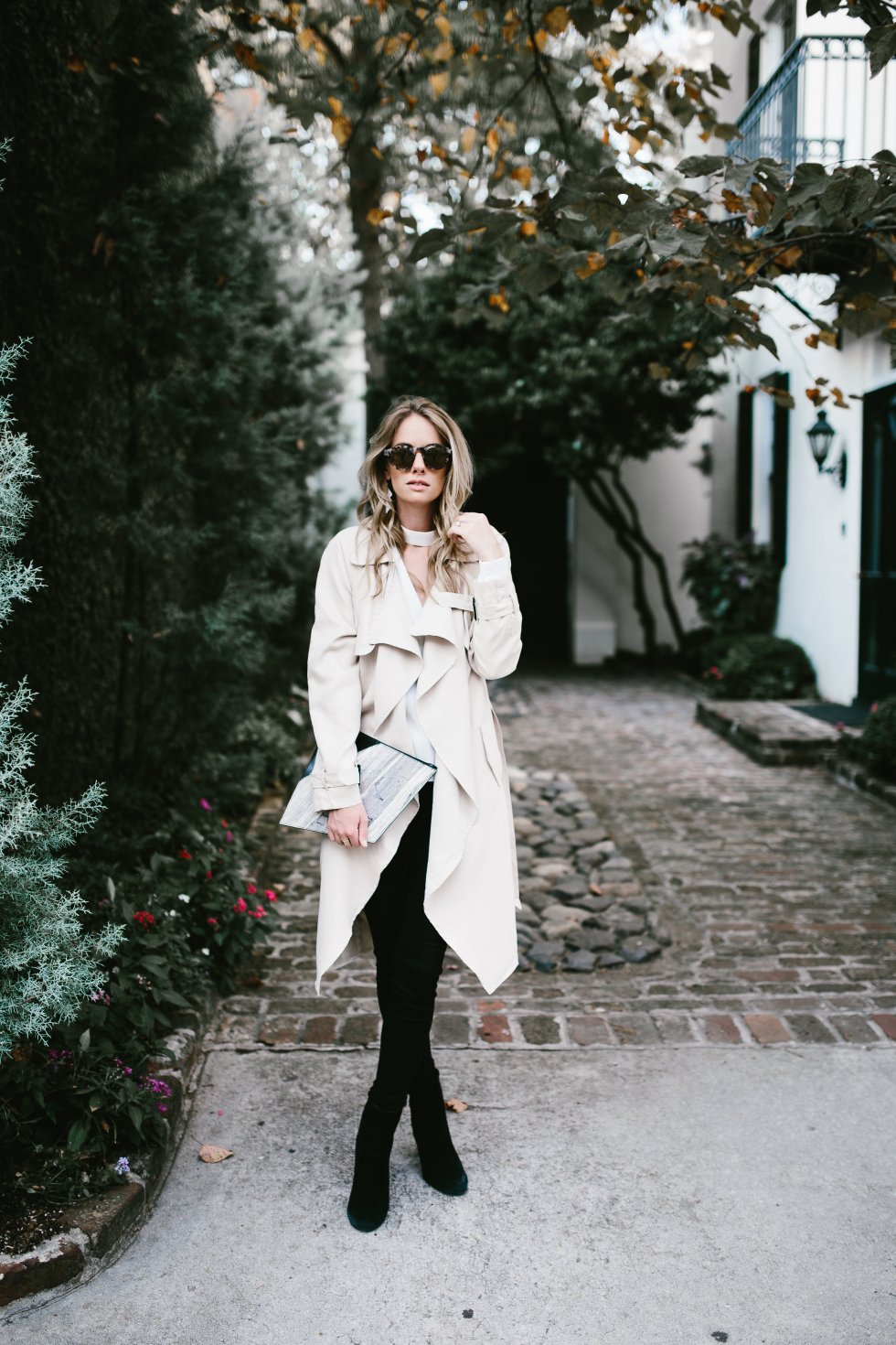 Trench coat fall look in Charleston on PAULARALLIS.COM