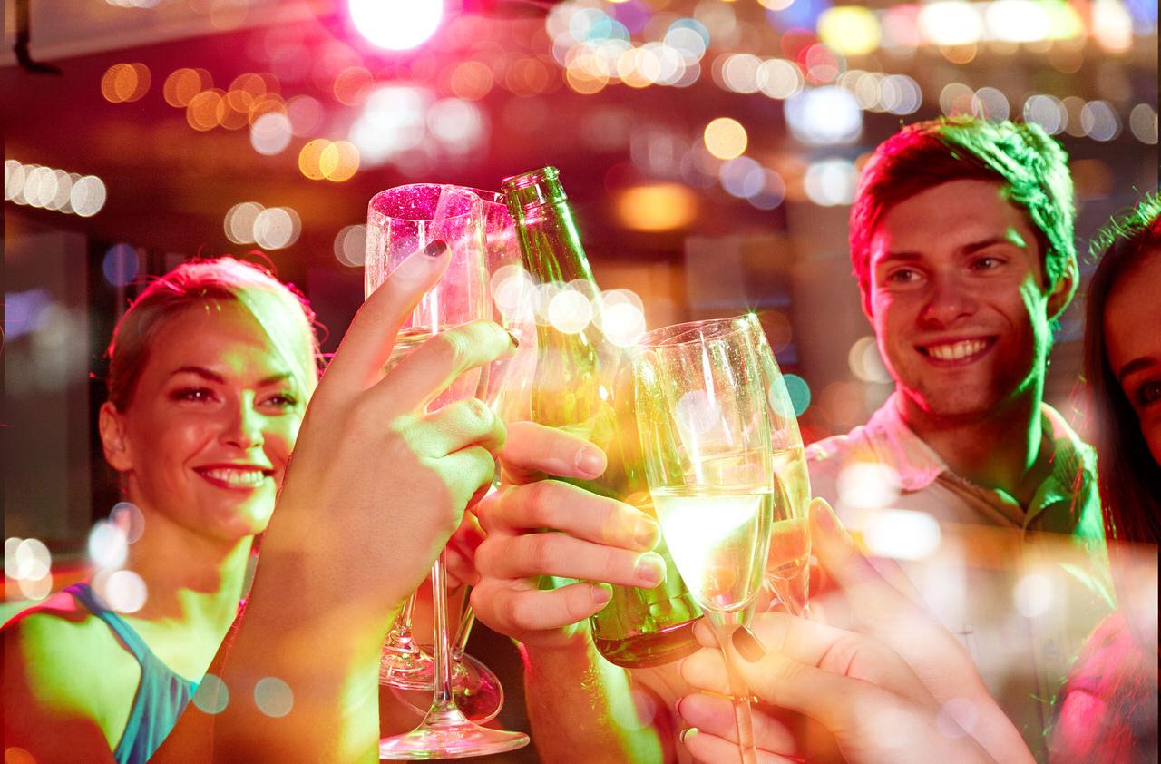 Feiern im Sommer sind eine tolle Sache - unbeschwert und gut gelaunt mit Freuden in die laue Sommernacht. Foto: Syda Productions/Shutterstock.com