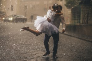 Auch bei schlechtem Wetter ist Ihre Hochzeit ein unvergesslicher Tag. Foto: JLwarehouse/Shutterstock.com