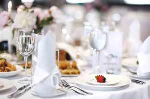 Ein toller Nachtisch ist schnell wieder vergessen - Ihr DJ begleitet SIe und Ihre Gäste den ganzen Abend mit toller Musik. Foto: MNStudio/Shutterstock.com
