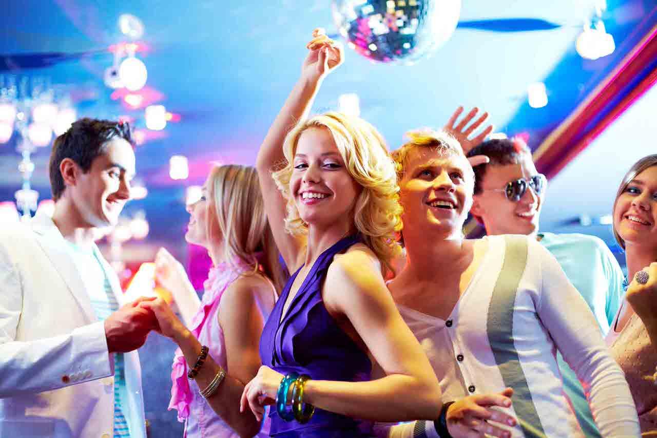 Zu einer schöne Party gehören tolle Gäste, prima Musik, schönes Licht - getanzt wird dann fast von ganz alleine. Foto: Pressmaster/Shutterstock.com