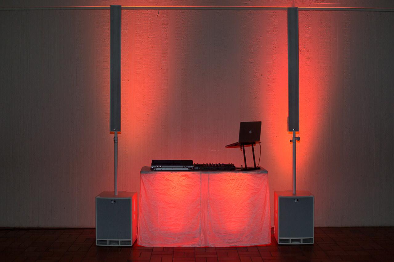 DJ Arbeitsplatz mit Fohhn Audio Line Live III Powersystem, vier Floorspots. Foto: Andreas Paul