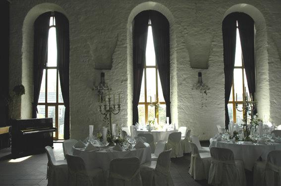 Die tollen hohen Fenster und die rauen Wände geben dem Saal ein ganz besonderes Flair. Foto: Kulturzentrum Klosterkirche