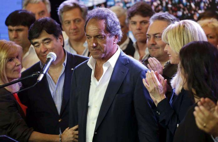 Domingo 22 de noviembre, 21.30 hs. Mauricio Macri ya es presidente electo. En el búnker del oficialismo, Daniel Scioli admite la derrota junto a su esposa Karina Rabolini y a su compañero de fórmula Carlos Zannini.