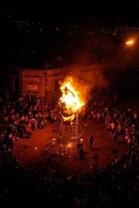 Uno de los momentos más esperados, la quema del Momo. Foto: Malona.