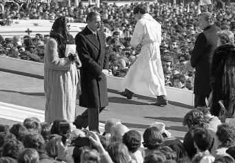Misa en el Parque Tres de Febrero. El ex dictador Jorge Videla y su mujer, después de recibir la comunión del Papa Juan Pablo II. 11 de junio de 1982. Tres días después, fue la rendición de las tropas argentinas en Malvinas.