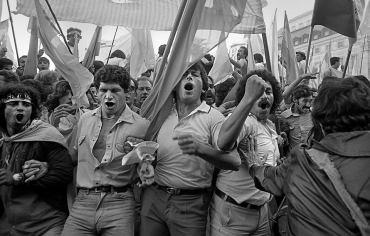 Manifestación de la CGT en Plaza de Mayo, el 26 de abril de 1982. El mismo día que el capitán Astiz rindió la islas Georgias durante la Guerra de Malvinas.