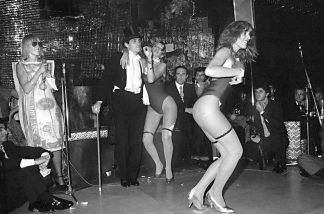 Fiesta del dólar. En Regines. Marta Minujin, Javier Luquez, Federico Peralta Ramos, Pata Villanueva. 1979.