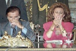 El presidente Carlos Menem junto a la secretaria de medio ambiente María Julia Alsogaray, el 8 de noviembre de 1990 en casa de gobierno durante el acto de privatización de ENTEL (Empresa Nacional de Telecomunicaciones)