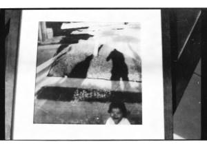 Ana aparece en primer plano llorando, detrás de ella la sombra de su abuela y su abuelo (quien tomaba la foto), ellos la criaron mientras sus padres permanecían detenidos.