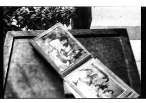 Álbum de fotos de Ana, las dos fotos que aparecen son de cumpleaños en casa de sus abuelos. Autor: Gaspar.