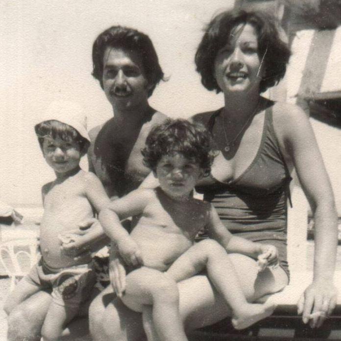Miramar 1977. Fotografía cedida por Facundo Maggio. En ella se encuentra él, su hermana y sus padres.