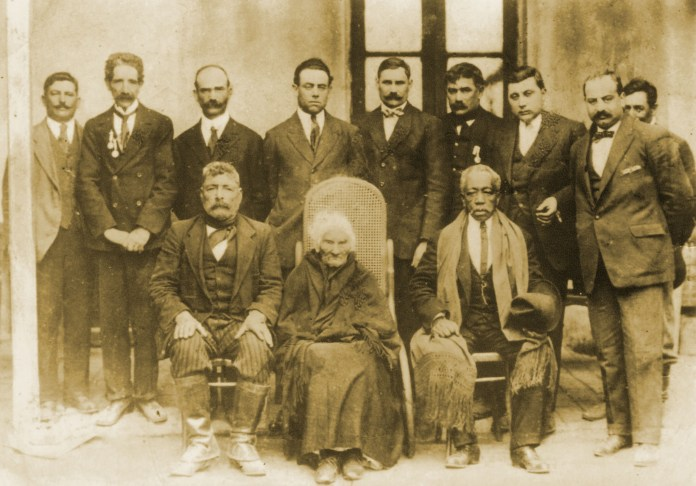 La última foto del Negro Ezeiza, tomada para el primer centenario patrio, junto a Juana Paredes de Quintana, que también tenía 100 años al momento.