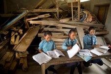 Nepal, distrito de Sankhuwasabha. Las alumnas estudian en un aula que fue dañada por el terremoto y no ha sido reparada. Foto: Jenny Matthews.