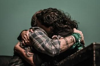 Sergio Maldonado y Monica Benicio, compañera de Marielle Franco, se abrazan en la Cumbre de Base de La Poderosa. Desde Brasil, el fotorreportaje de Mauricio Centurión.