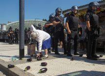 BERNARDINO ÁVILA CABA, 22 de febrero de 2019 Una jubilada recoge berenjenas esparcidas en el piso luego de la represión de la policía por el Verdurazo, organizado por integrantes de la Unión de Trabajadores de la Tierra (UTT) en la Plaza Constitución.
