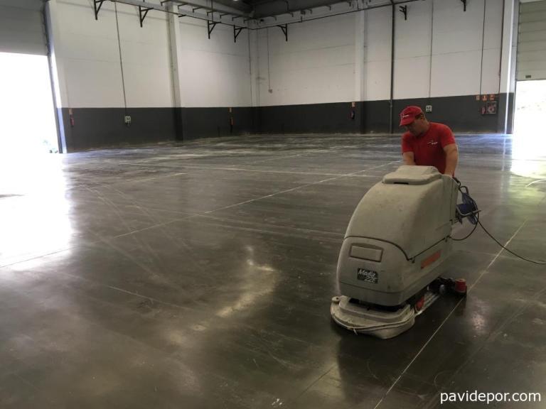 Limpieza suelo nave industrial