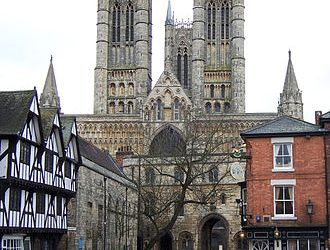 Lincoln_Cathedral_from_Castle_Hill_(crop)