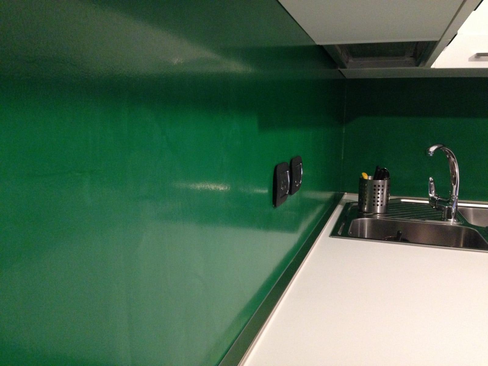 La resina può essere impiegata per creare pavimenti belli e colorati, ma soprattutto unici. Parete Cucina Resina Verde Enni Color