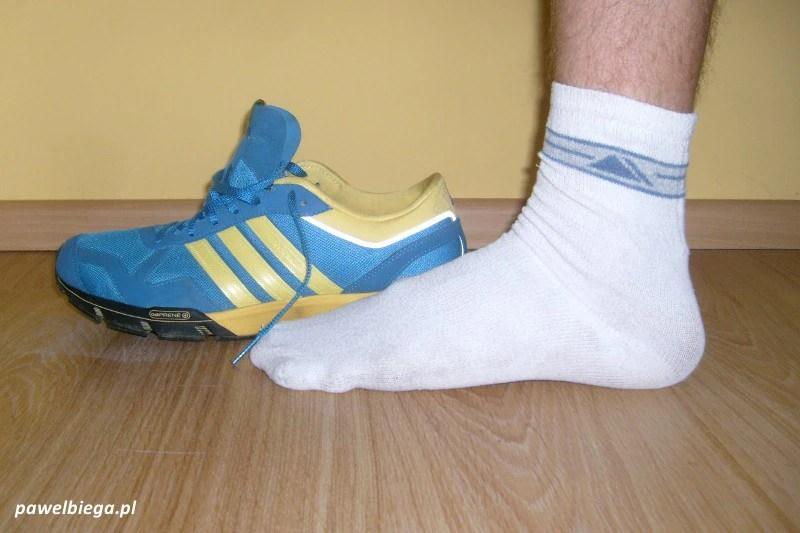 Adidas Marathon '10 obok stopy