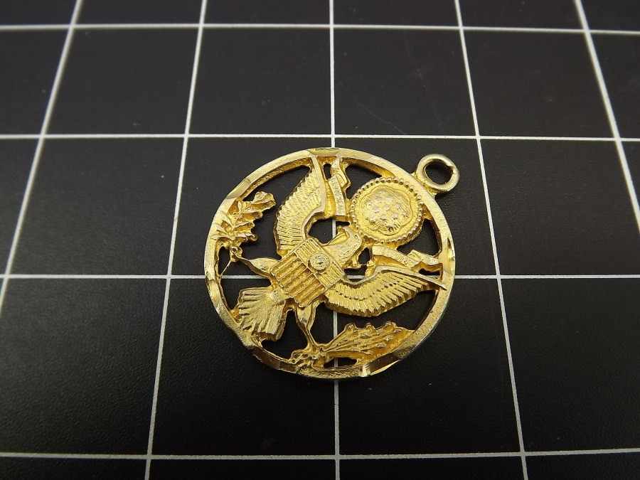VINTAGE GOLD TONE UNITED STATES OF AMERICA COAT OF ARMS W/ EAGLE BUTTON PENDANT 4