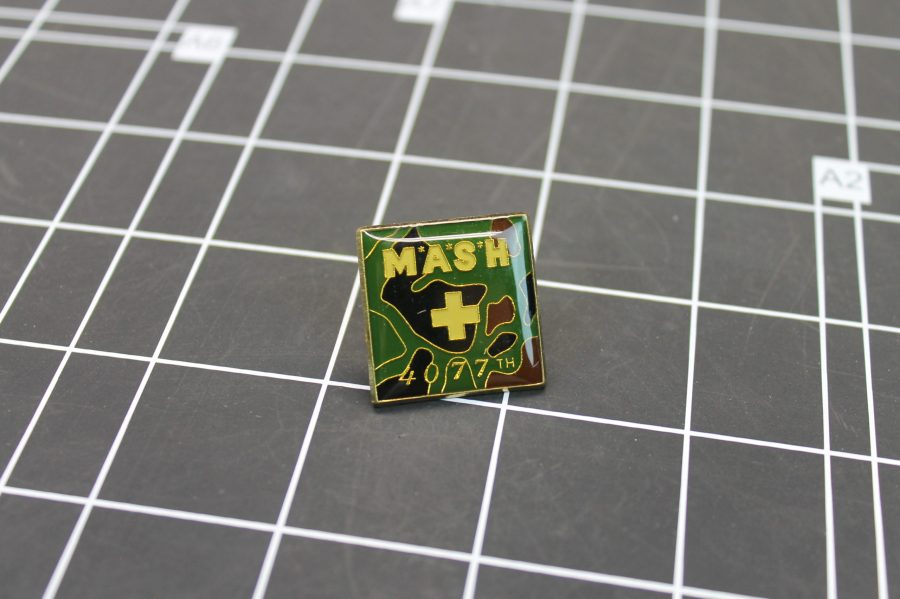 BRAND NEW GOLD TONE ARMY MASH 4077TH CAMOUFLAGE LAPEL PIN 1