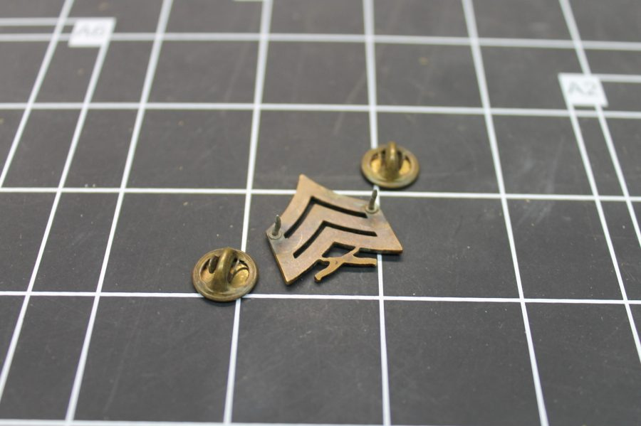 VINTAGE ANTIQUE GOLD TONE UNITED STATES MILITARY SERGEANT LAPEL PIN 2