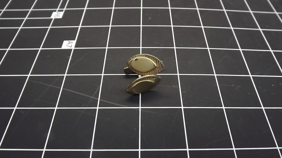 VINTAGE ANTIQUE GOLD TONE OVAL PATTERNED CUFF LINKS 1