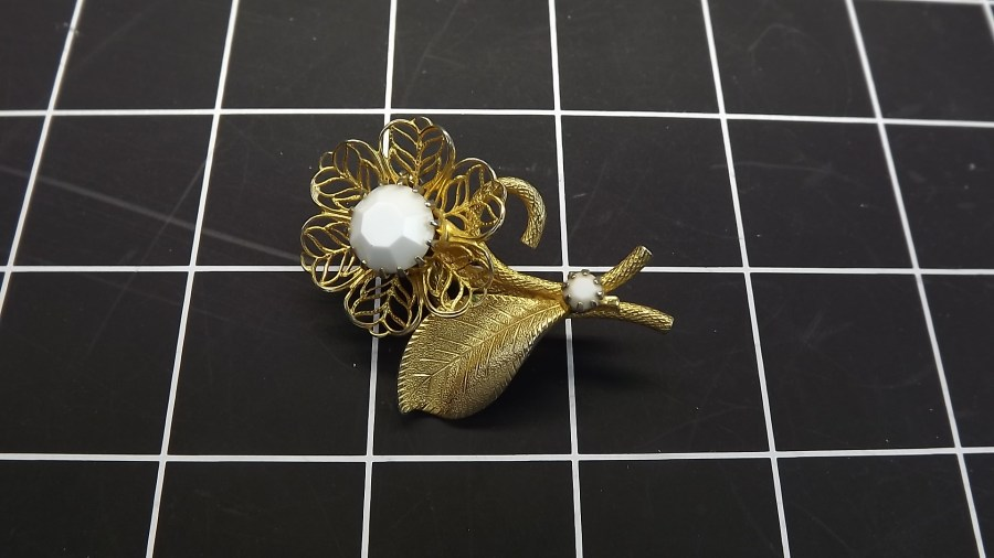 ANTIQUE VINTAGE GOLD TONE WHITE STONE FLOWER COSTUME LAPEL PIN 1