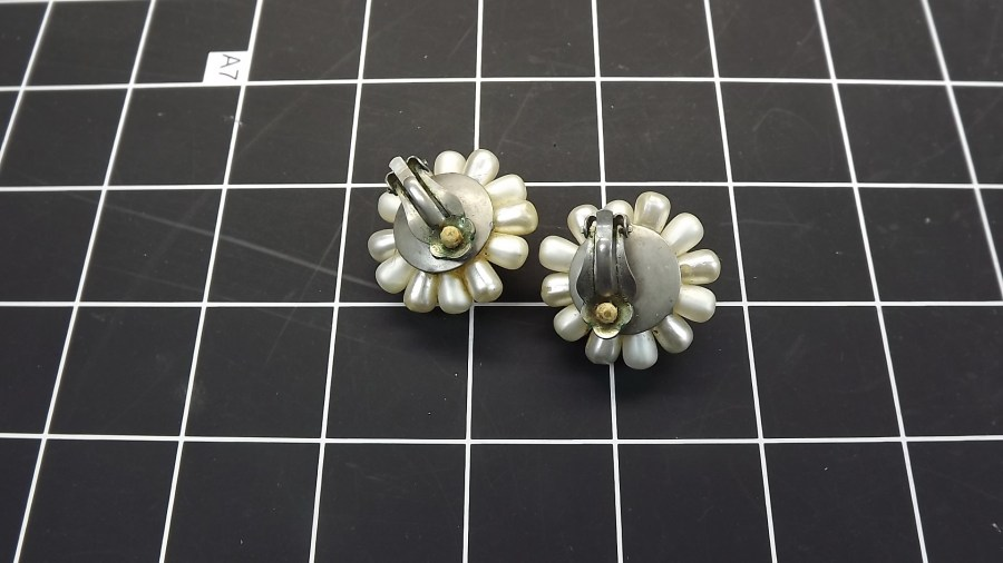 VINTAGE ANTIQUE COSTUME PEARL CLUSTER CLIP ON EARRINGS 2