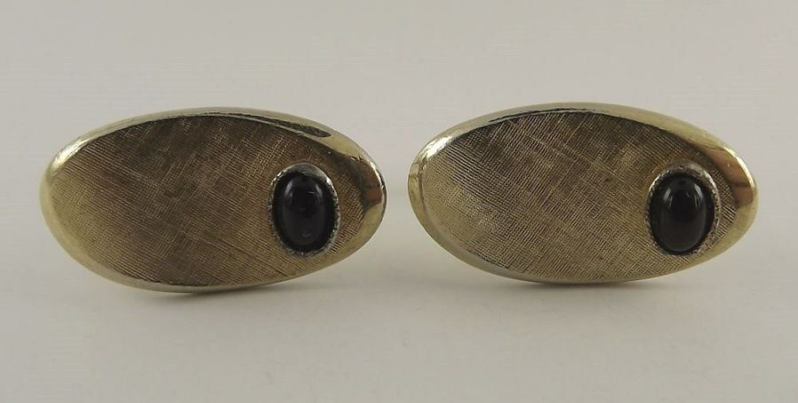 Vintage Gold Tone Oval Black Stone Mens Cuff Links Engraved Pattern 1