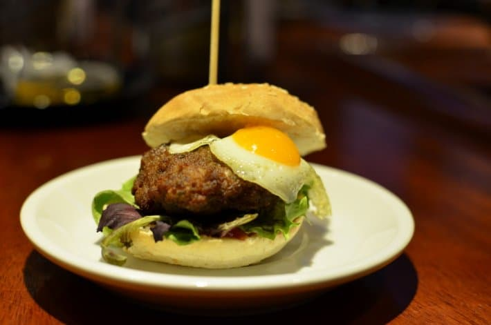 burger-boulette-de-volaille-oeuf-de-caille-pays-basque
