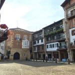 hondarribia-ville-frontaliere-pays-basque-mur-facade-place