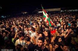 FOULE-ehz-festival-pays-basque-plein-air-drapeau