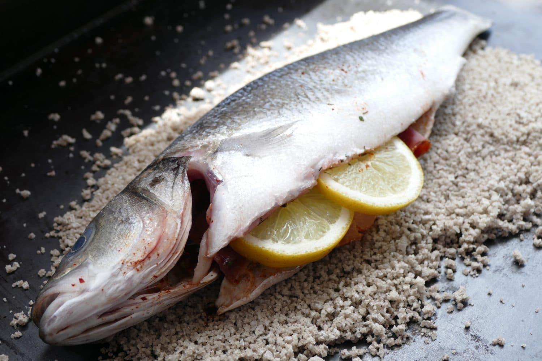 poisson-sur-lit-de-gros-sel-pays-basque-citron