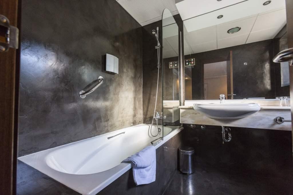 Rio-Bidasoa-salle-de-bain-hotel-pays-basque