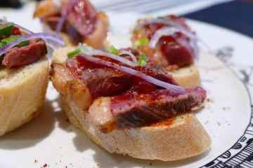 pintxo-de-canard-barcus-et-confiture-de-piment-doux-assiette