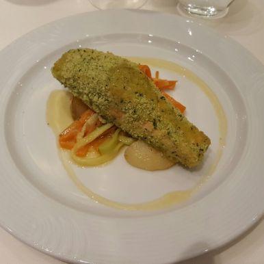 Trancio di salmone in crosta alle erbe con sala agli agrumi