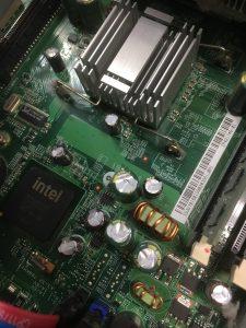 USBメモリを挿したらショートしたPCの修理