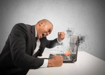 27462578-concept-de-stress-et-la-frustration-causée-par-un-ordinateur