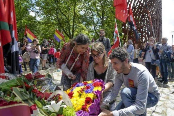 El PCE-EPK participa del homenaje a los milicianos y gudaris de la guerra civil ante el monumento Aterpe 1936 «La Huella».