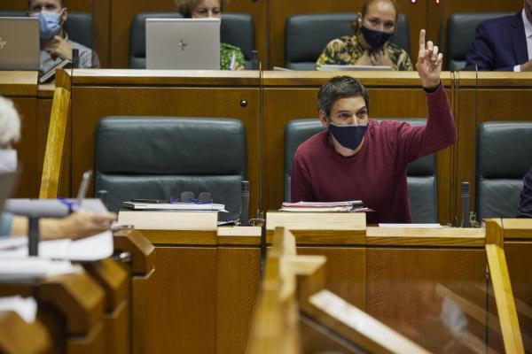 Orgullo de clase en el Parlamento ante un Gobierno Vasco que ve aceptable despidos y recortes en empresas con beneficios millonarios.