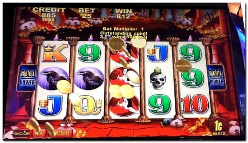 オンラインカジノのスロットマシンが向いている人の特徴とは?