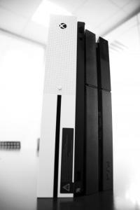 Xbox One S vs. PS4: Konsolen im direkten Bildervergleich