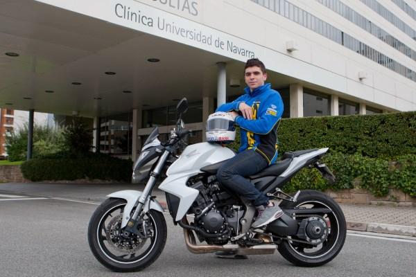 Alex Mariñelarena sobre la moto en la que se despidió de su rehabilitación en la Clínica Universidad de Navarra