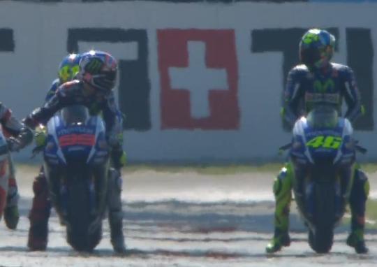 La polémica de la sesión la protagonizaron Rossi y Lorenzo, quien se encontró en su trazada al italiano rodando lento en su vuelta final